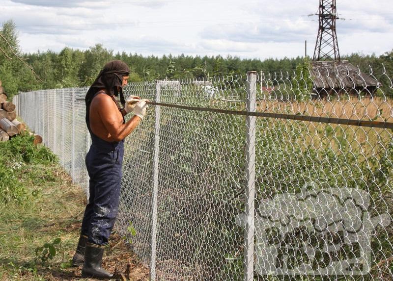 Строим забор из сетки рабицы своими руками 6
